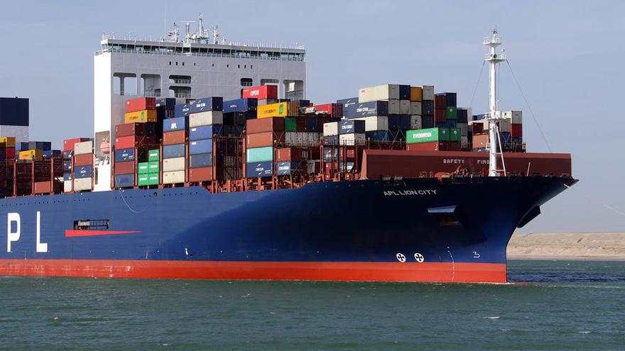 La acción de los remolcadores es clave para el movimiento de los buques porta contenedores.