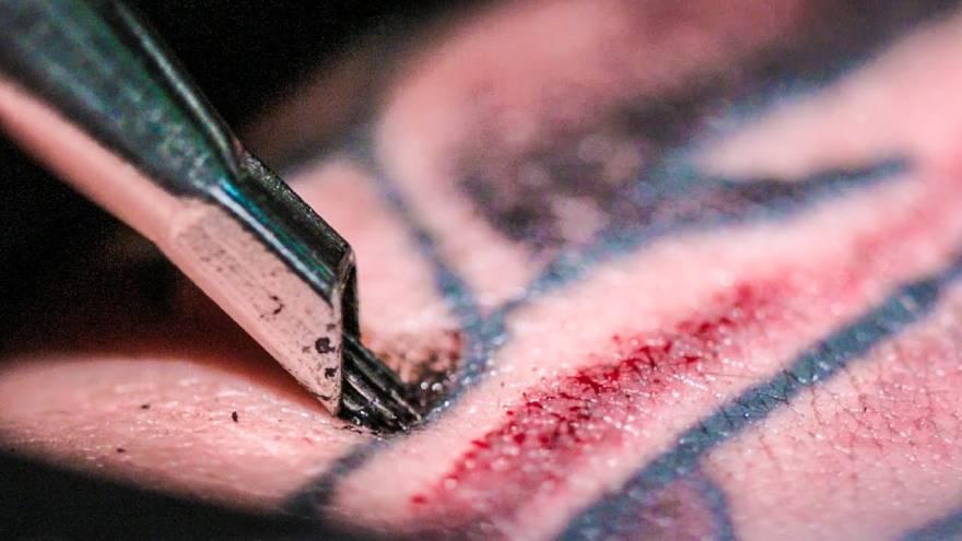 Los tatuajes se hacen con agujas que inyectan la tinta debajo de la capa superficial de la piel