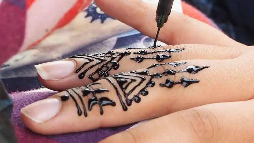 La henna es un material que se hace con pigmentos naturales y que permite hacer tatuajes temporales