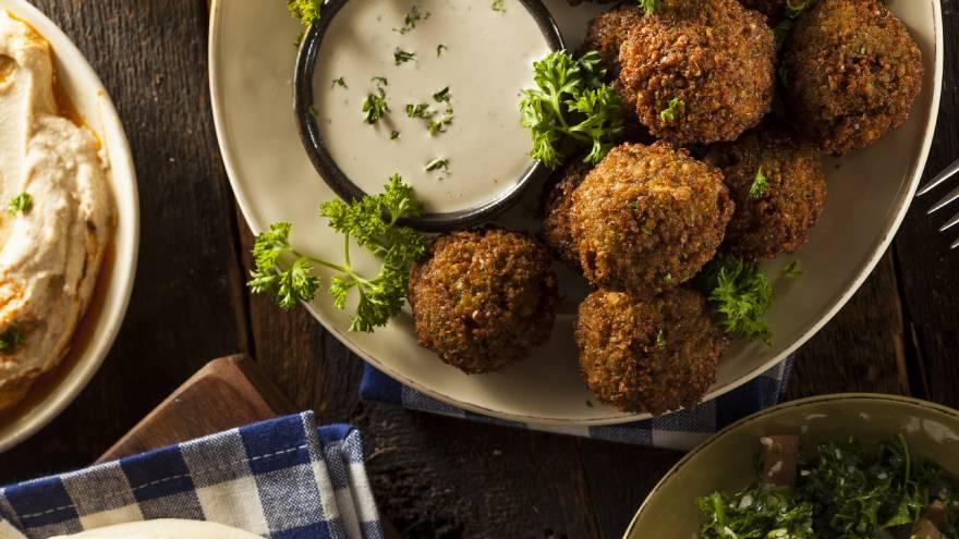 El cilantro es una de las hieras que se usa para condimentar el falafel