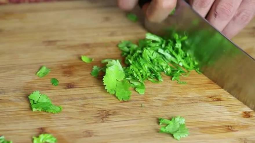 El cilantro se usa en la cocina como saborizante y aromatizante