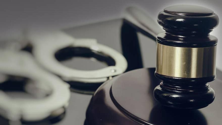 Prisión para un hombre por revisar mensajes del celular de su pareja