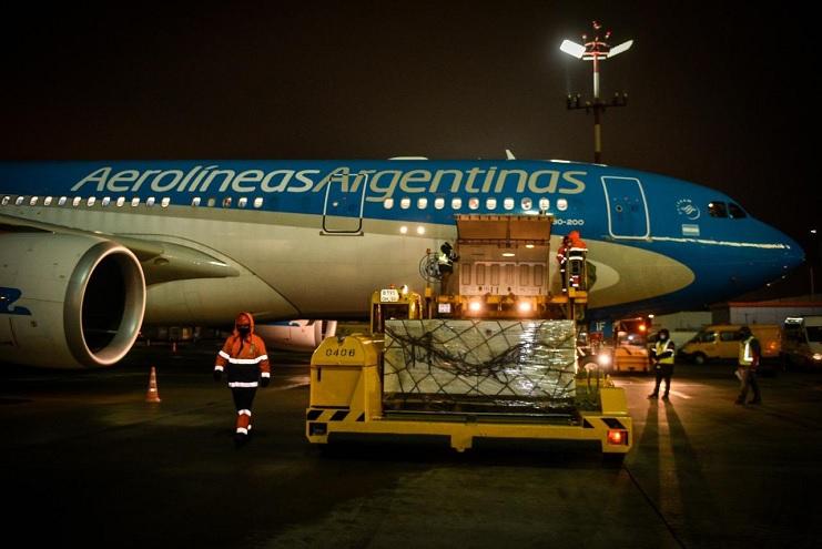 El nuevo vuelo de Aerolíneas Argentinasa traerá alrededor de 220 mil dosis