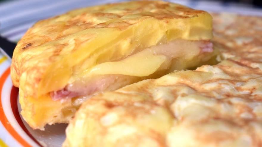 La tortilla de papas se puede rellenar con jamón y queso, pero también con otros ingredientes