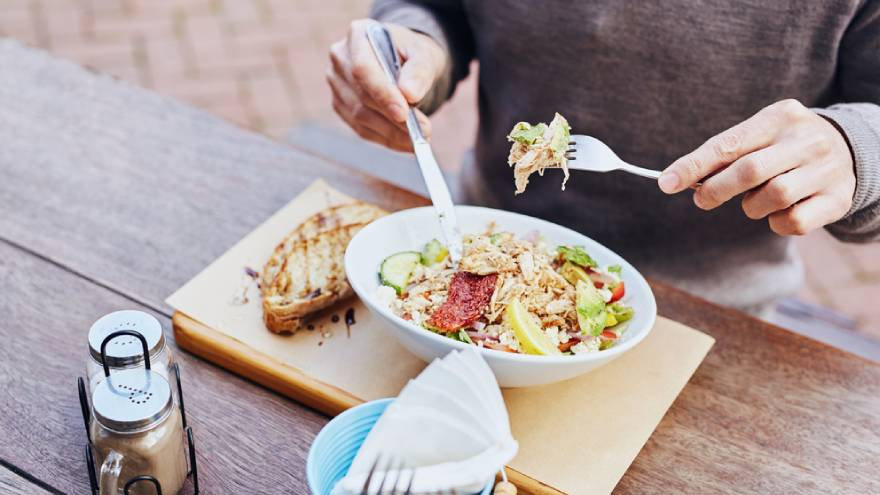 Para bajar de peso saludablemente se debe ajustar la alimentación, entre otros factores