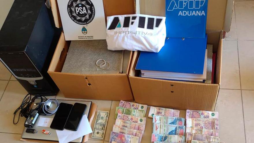 En los allanamientos se hallaron vehícualos, armas, dinero y dispositivos tecnológicos
