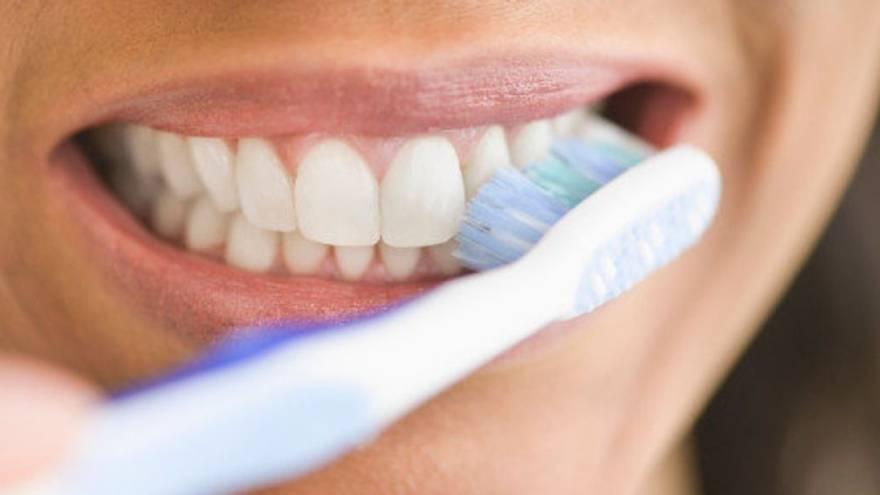 Lavarse los dientes previene patologías bucodentales, pero también cardiacas
