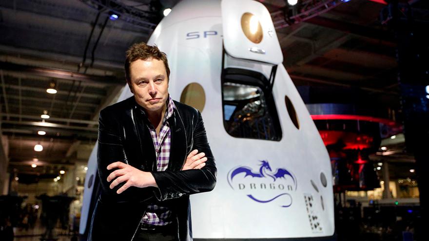 Elon Musk junto a uno de sus proyectos.