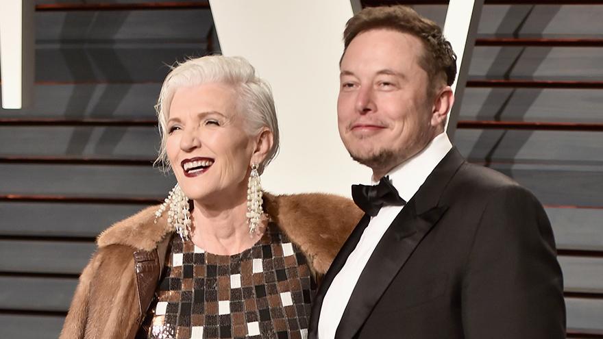 Las frases de Elon Musk dan vuelta al mundo. Aquí junto a su madre.