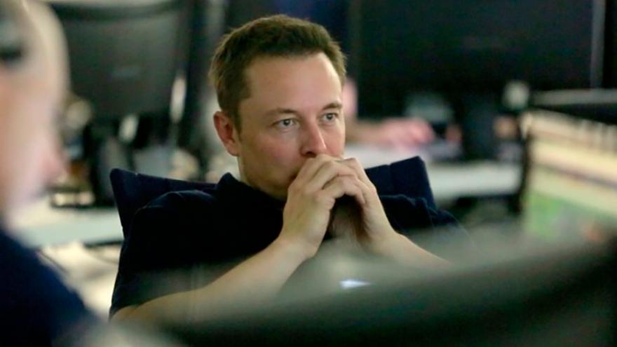 Elon Musk, blanco de críticas por parte de analistas de la industria.