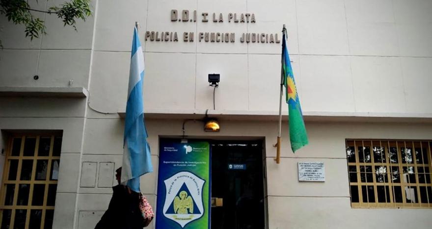 El sospechoso de 22 años se iba a presentar esta mañana en la Dirección Departamental de Investigaciones (DDI) La Plata pero se enteró que su causa estaba suspendida