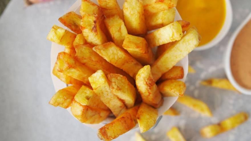 Las papas fritas crujientes y doradas son ideales para acompañar cualquier comida