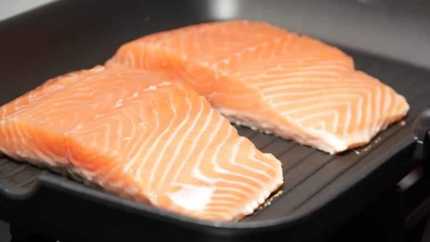 El salmón a la plancha es una de las comidas saludables que se pueden incluir en la dieta