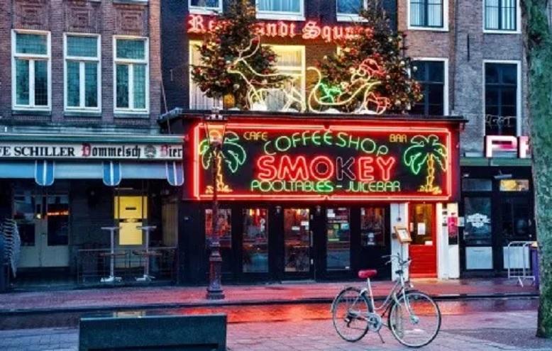 Rige el toque de queda en Ansterdam, Países Bajos, por la pandemia.
