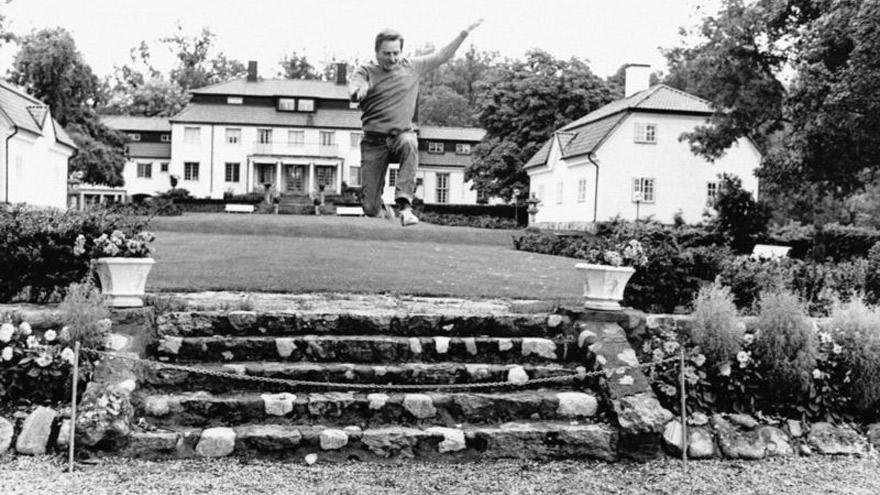 Olof Palme haciendo ejercicio en el jardín de su casa, en septiembre de 1973, un mes después del asalto al banco.