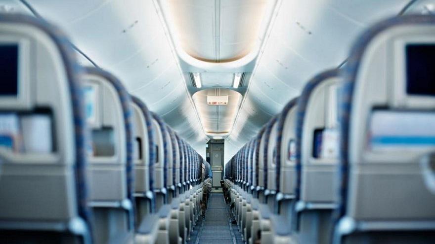 El último asiento del avión, criticado por muchos, defendido por pocos.