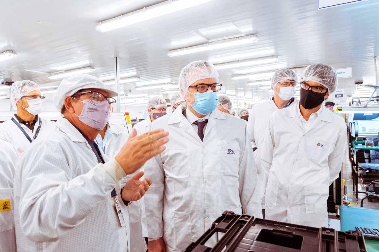 Los ingenieros de Mirgor explicaron en detalle las características de la producción que se realiza en las plantas del sur