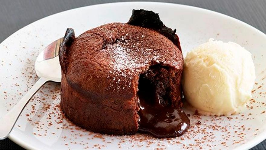 Una gran forma de acompañar el volcán de chocolate es con helado que contraste su alta temperatura con la que se lo sirve