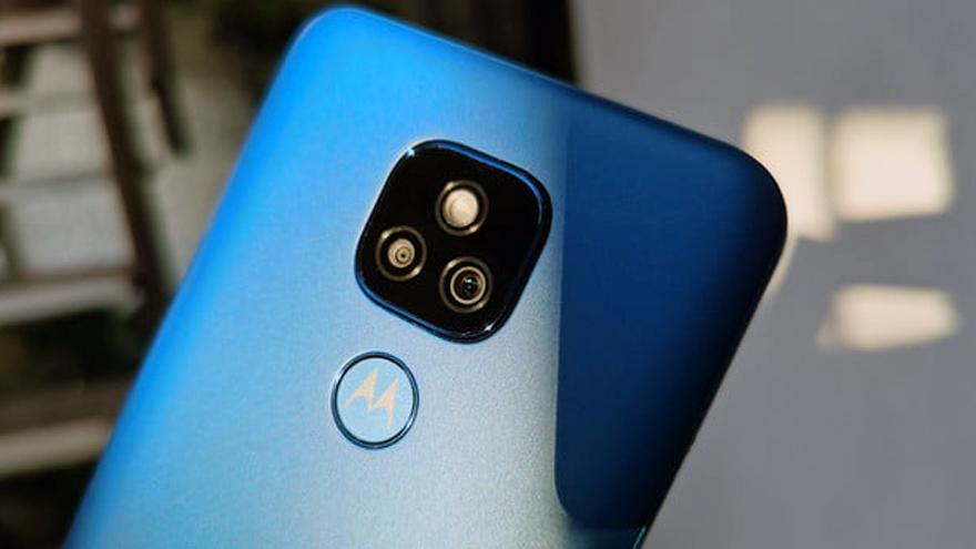 Este celular de Motorola ofrece triple cámara trasera.