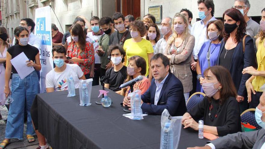 Presentacin de la iniciativa para frenar la venta de Costa Salguero y construir un parque pblico