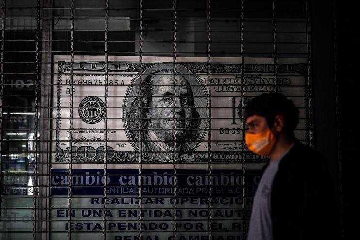 Qué le pasa a los ahorristas cuando quieren cambiar su dólar cara chica en casas de cambio