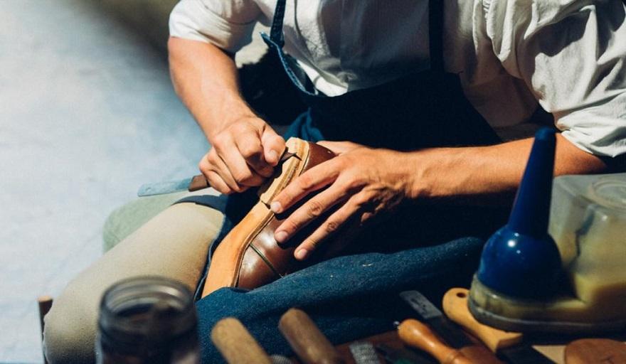 Martín trabajando en su taller.