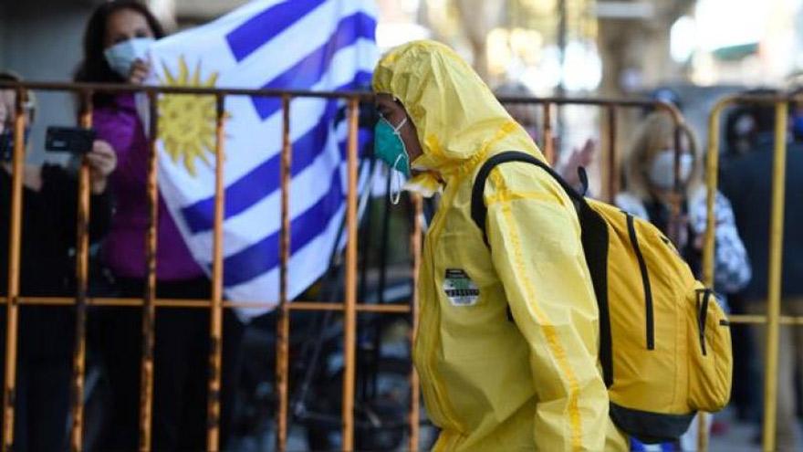 Uruguay: mejoran las cifras de contagios pero crece el temor por la posible llegada de nuevas cepas.