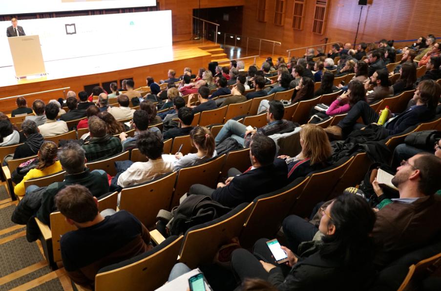 A sala llena, Markus Gabriel expuso su tesis acerca de la inteligencia artificial