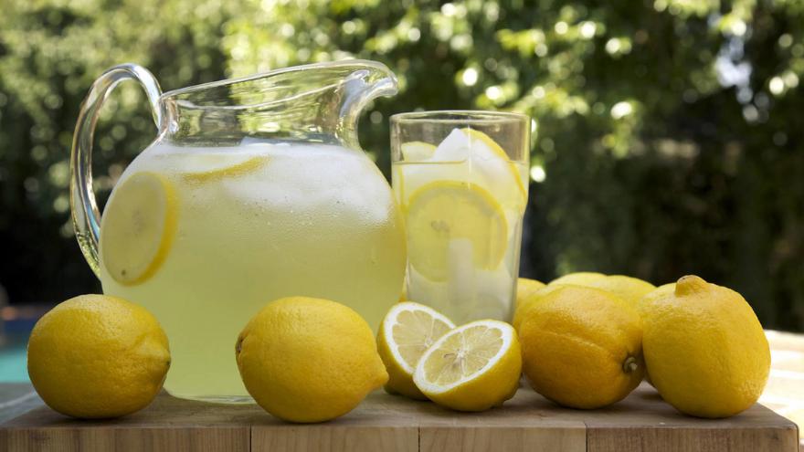 El agua de limón debe hervirse primero y luego exprimirse para aprovechar sus propiedades curativas