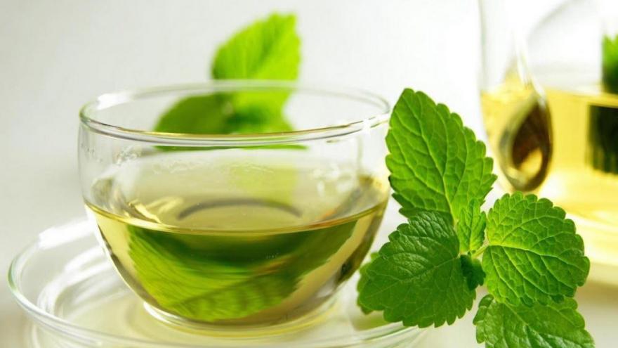 El té de menta es una opción casera para aliviar el dolor de cabeza
