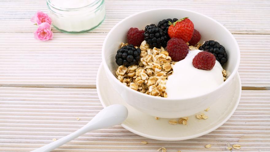 El yogurt suele tener grandes cantidades de conservantes y colorantes