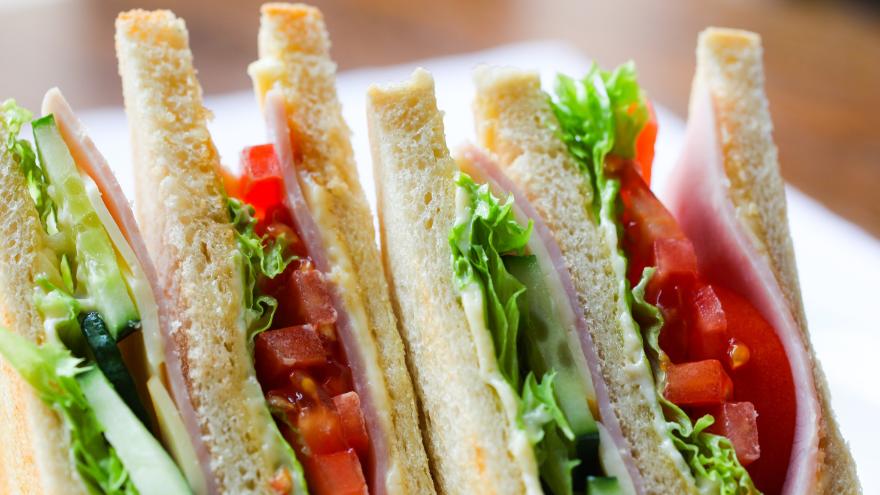 Los sandwiches de pan blanco con fiambre deberían evitarse o reemplazarse por sus versiones más saludables