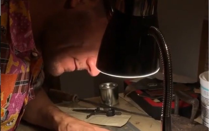 Dedicación absoluta: Martín en sus horas en el taller.